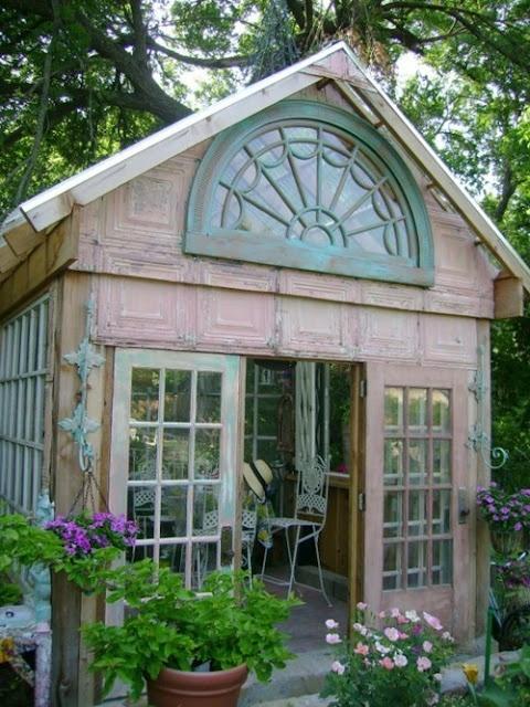 jolie serre dans un jardin
