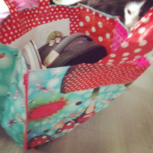 Sac de Mary Poppins prêt pour l'installation d'un mariage avec Ptit chat qui se tape l'incruste sur la photo... #mariage #chat