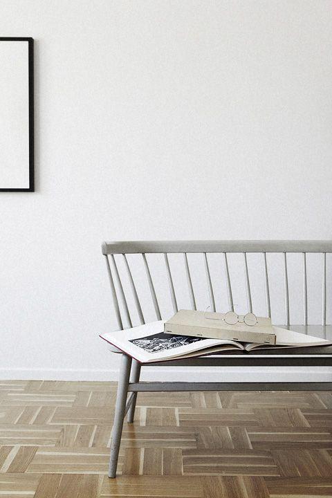 mur blanc et banc vintage