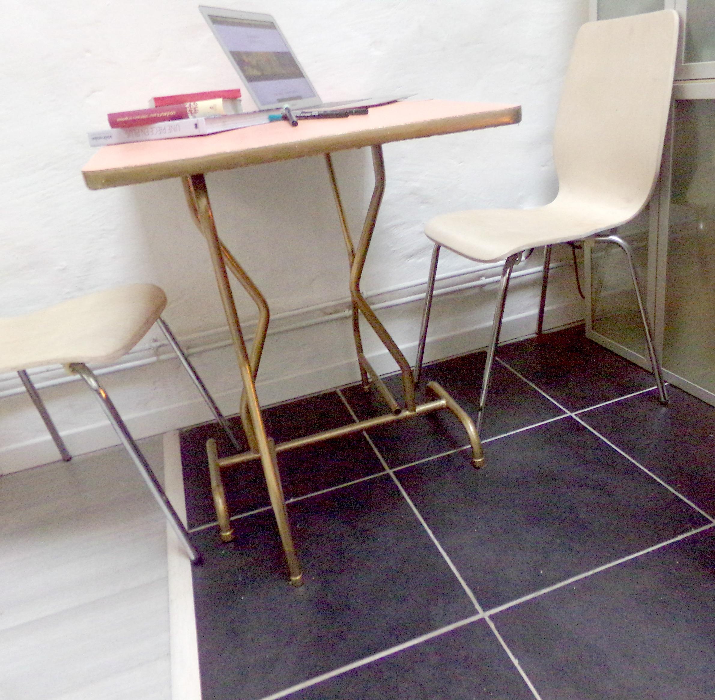 D couverte sintopeinture pour relooker une vieille table - Peinture pour table plastique ...