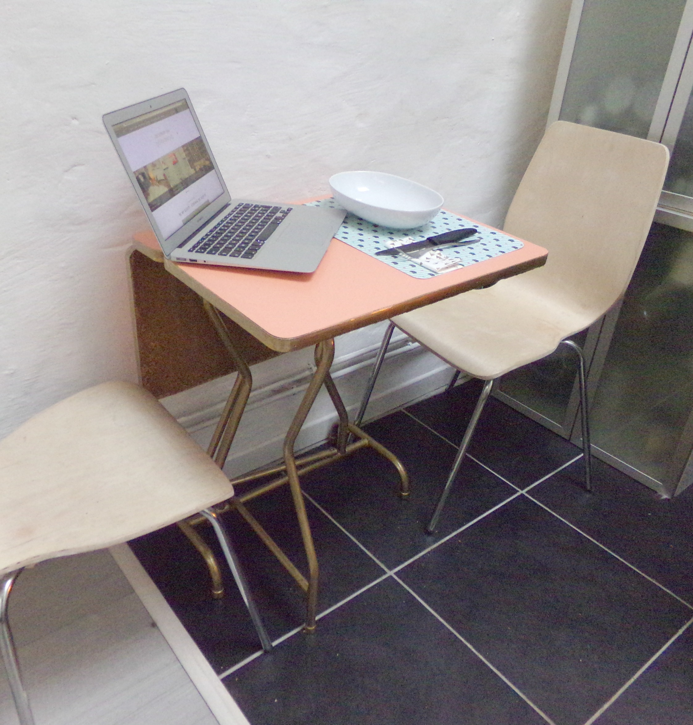 Free top dcouverte u pour relooker une vieille table u - Relooker chaise formica ...