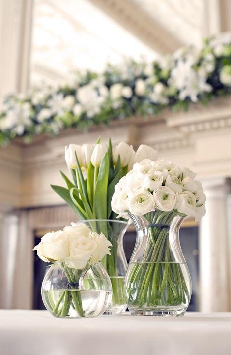 deco fleur table blanche renoncule rose et tulipe