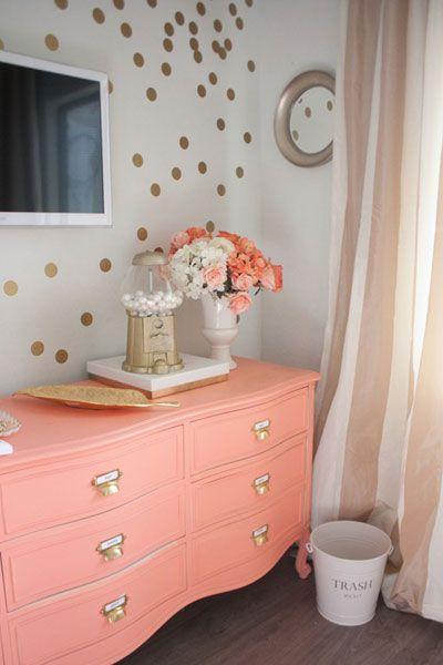 Une touche de corail dans la chambre cocon de d coration for Deco commode chambre