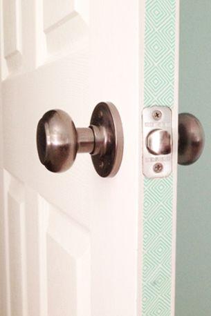 personnaliser une porte avec du masking tape