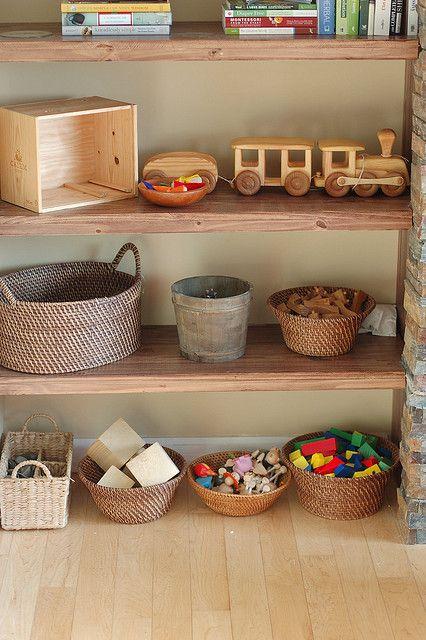 Une chambre montessori pour le petit dernier cocon de - Rangement jouet chambre enfant ...