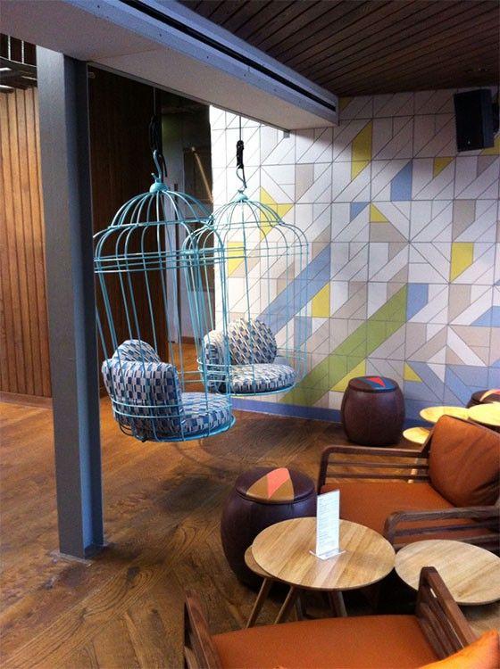 idee decoration interieur balancelle metal cage bleue graphique