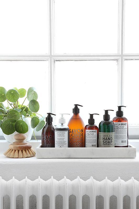 inspiration deco salle de bain plante et flacons