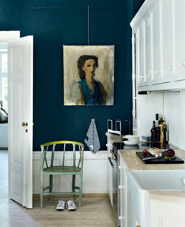 cuisine blanche et mur bleu petrol