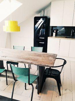 cuisine blanche table bois chaises couleur