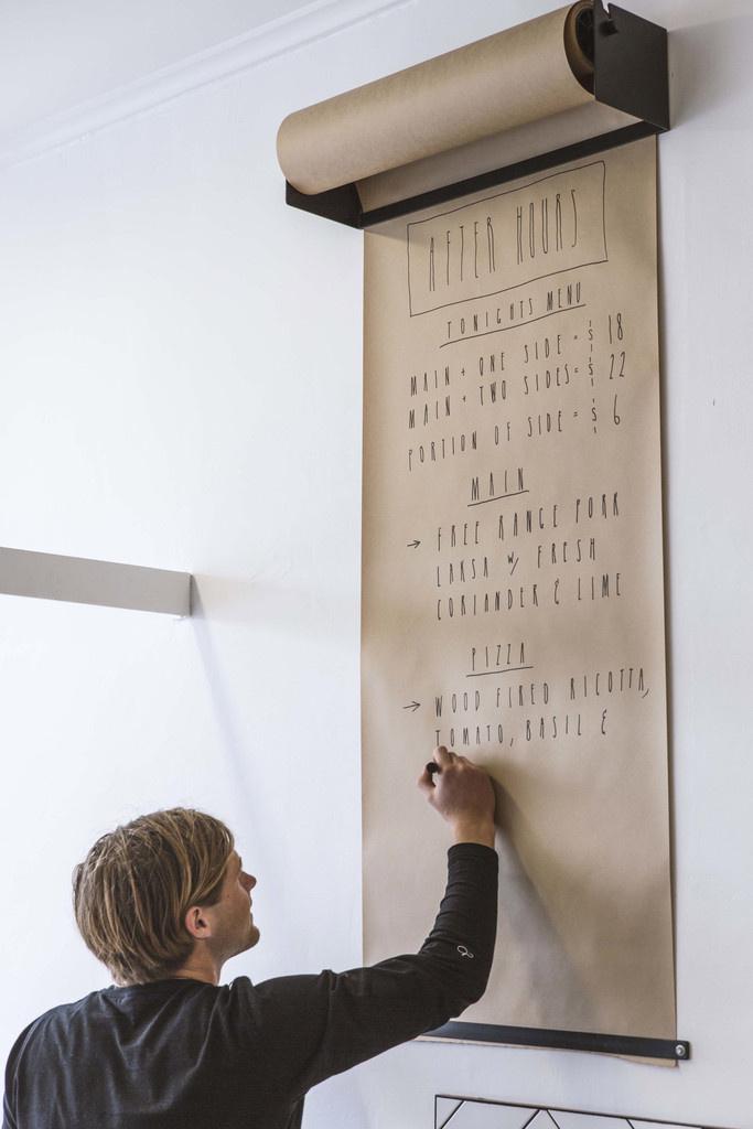 idee-deco-message-sur-mur-papier-derouleur
