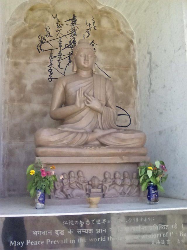 bouddha statue positition meditation sarnath