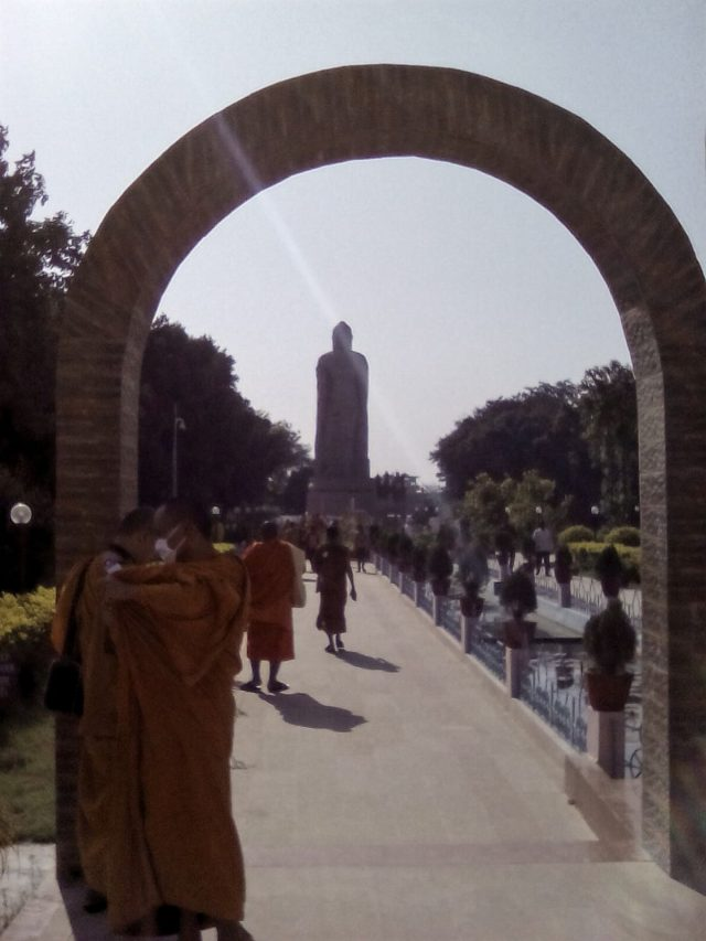 bouddhisme inde varanasi sarnath standing bouddha