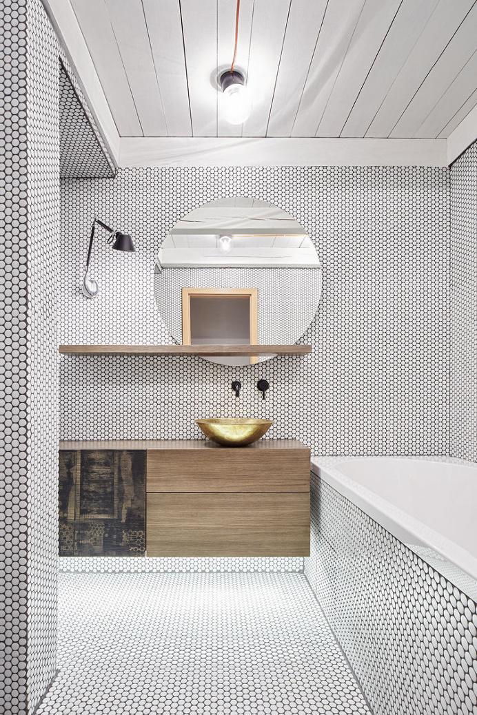 Une petite salle de bain qui sort de l ordinaire pour for Grand miroir rond design