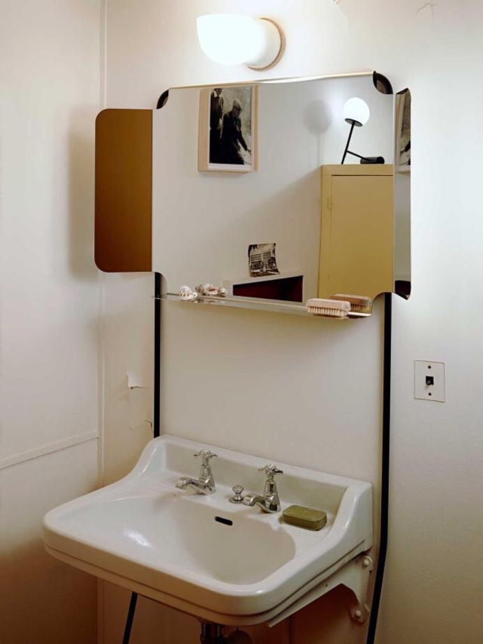 Une petite salle de bain qui sort de l ordinaire pour for Decorer une salle de bain marseille