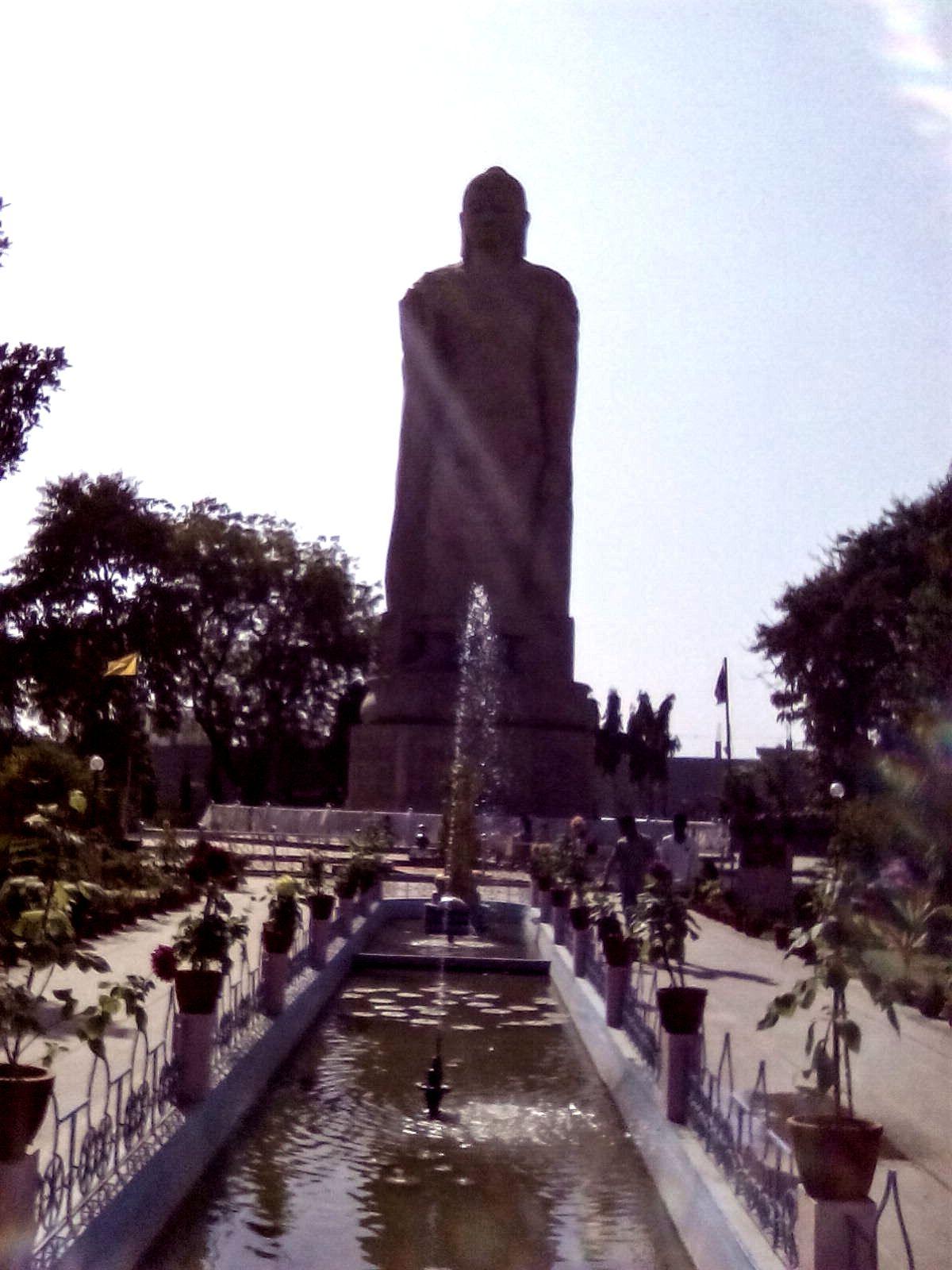 standing bouddha sarnath statue inde bouddhisme histoire