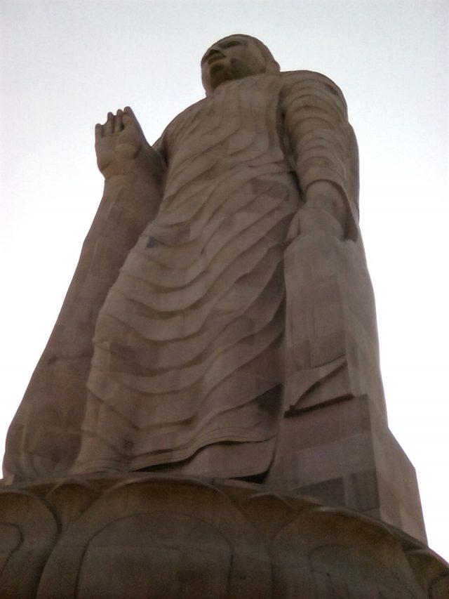 standing bouddha statue sarnath inde