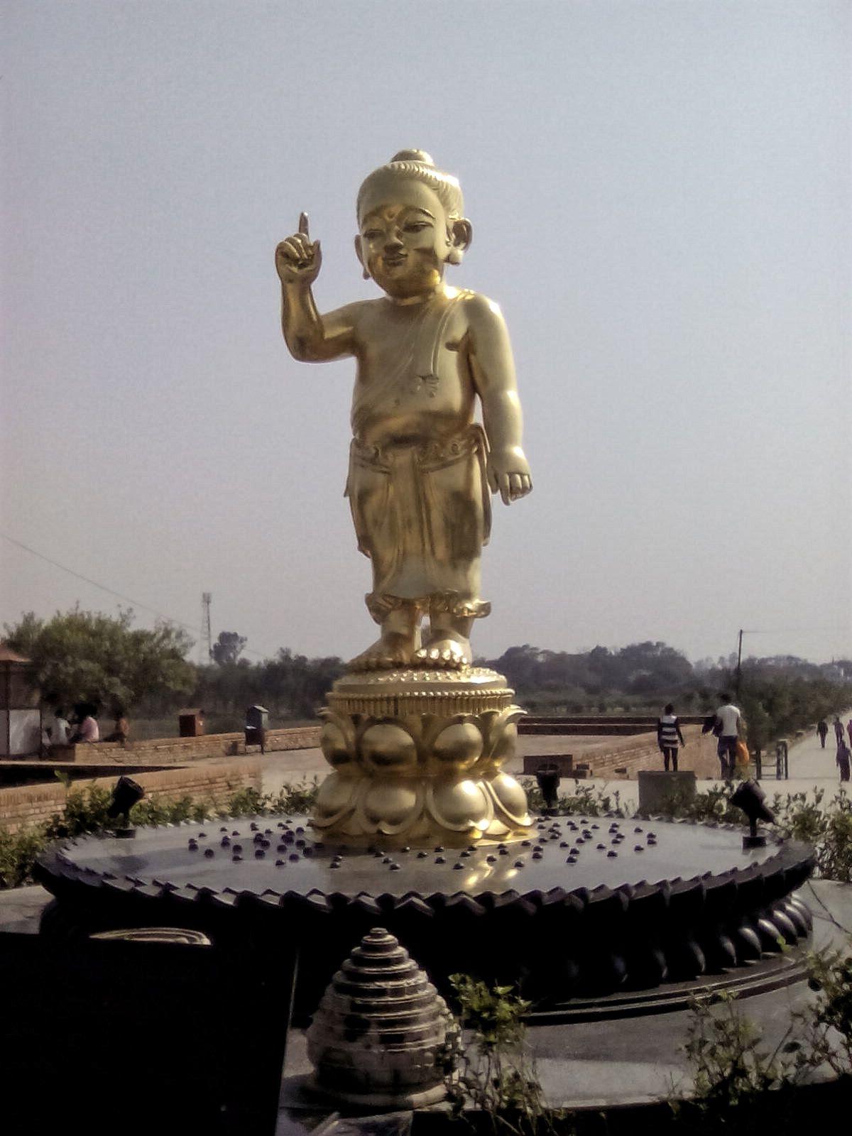 bouddha enfant or statue lumbini nepal