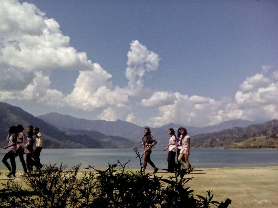 holi pokhara 2017 montagne couleur