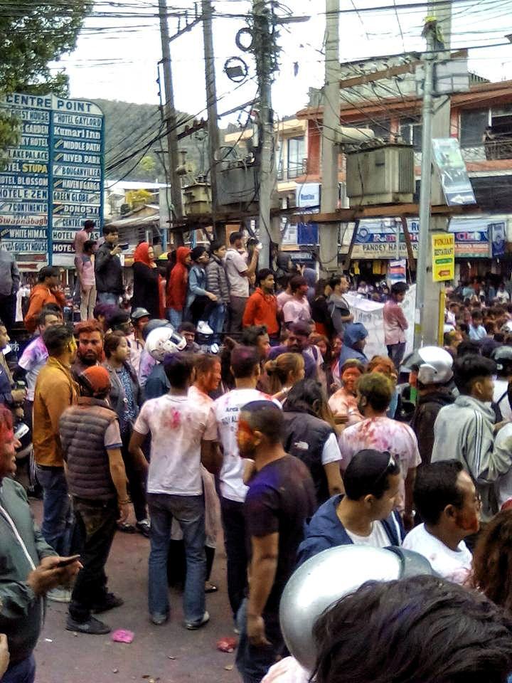 pokhara holi fete foule couleur concert nepal vie nomade