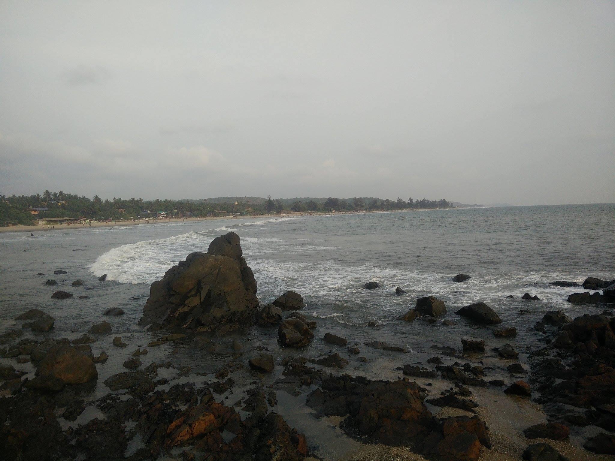plage arambole goa ocean mer rocher