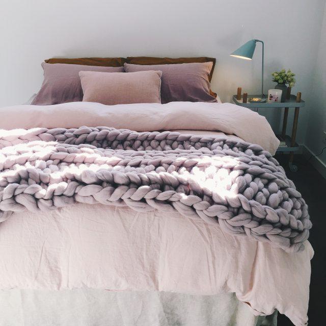 deco chambre plaid laine mauve cosy
