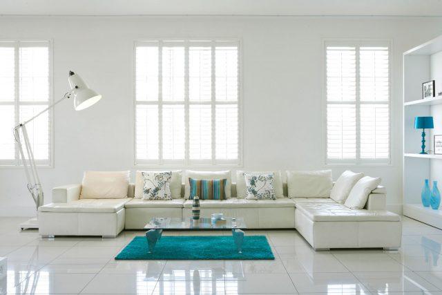 decoration salon blanc et accessoires bleus
