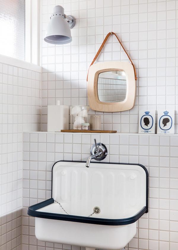 petite salle de bain conseil pour gagner de la place lavabo vintage carrelage blanc