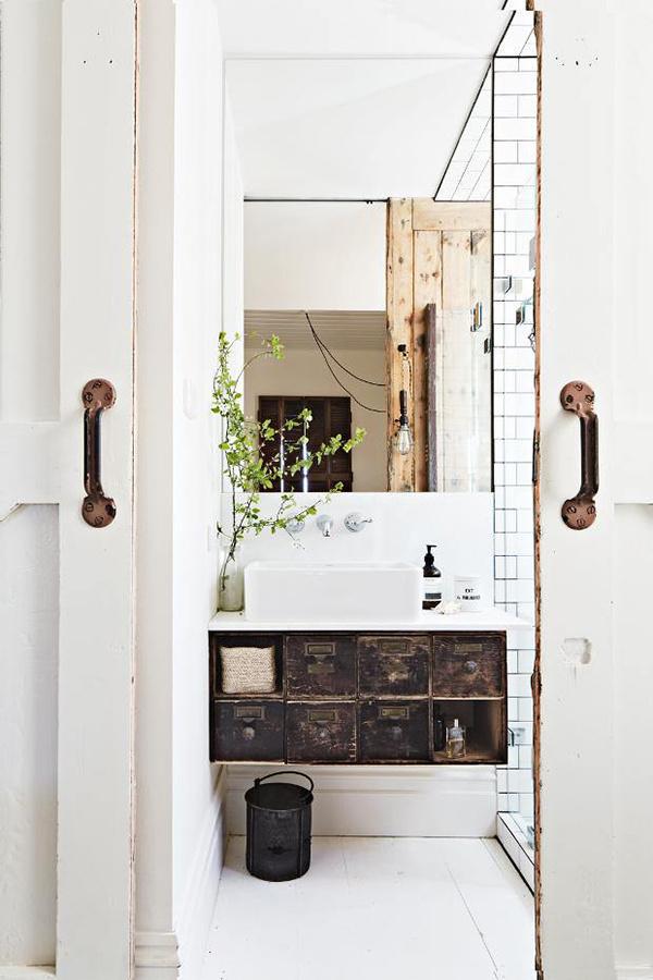 petite salle de bain deco rangement meuble sur-élevé miroir