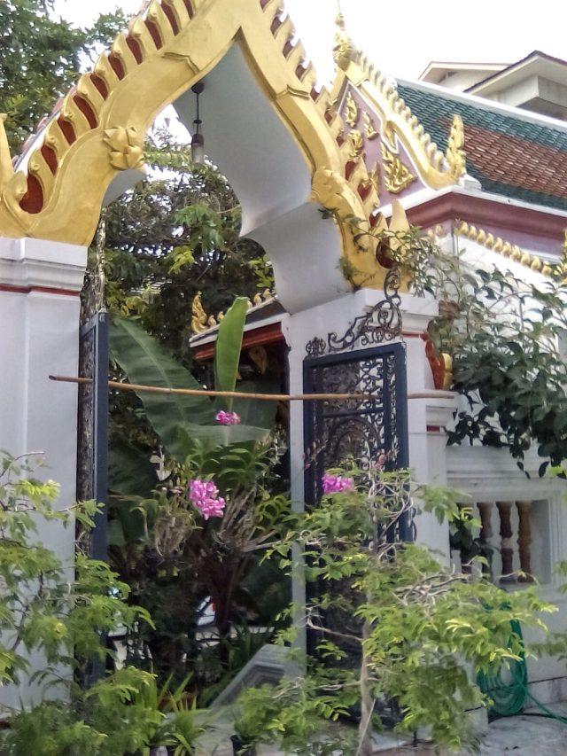 bangkok temple entree fleurs tourisme