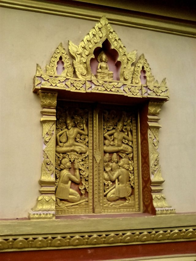 bouddhisme luang prabang temple detail fenetre or sculpture