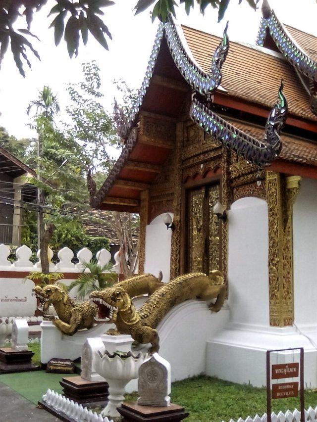 entree temple chiang mai thailande dragon