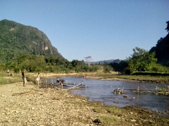 muang ngoi laos cours deau paysage montagne