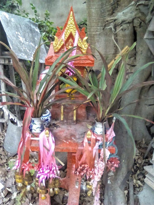 petit temple bouddhiste autel chiang mai thailande