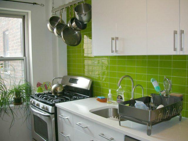 credence cuisine deco carrelage vert anis