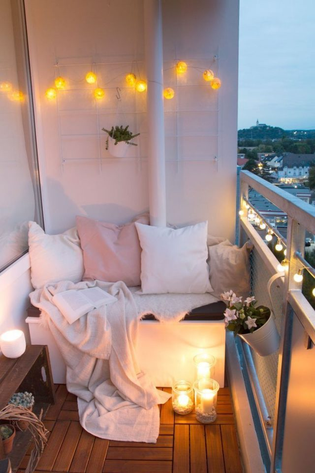 petit balcon deco cosy feminin canape coussin guirlande