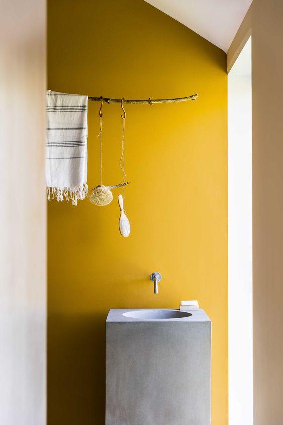 salle de bain mur jaune lave main beton