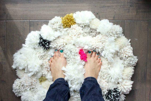 diy tapis pompons en laine deco