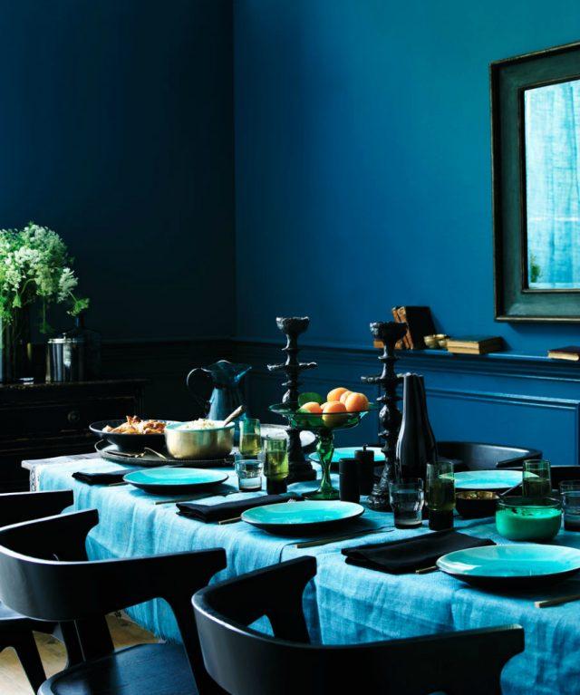 salle a manger decoration bleue vaisselle mur nappe