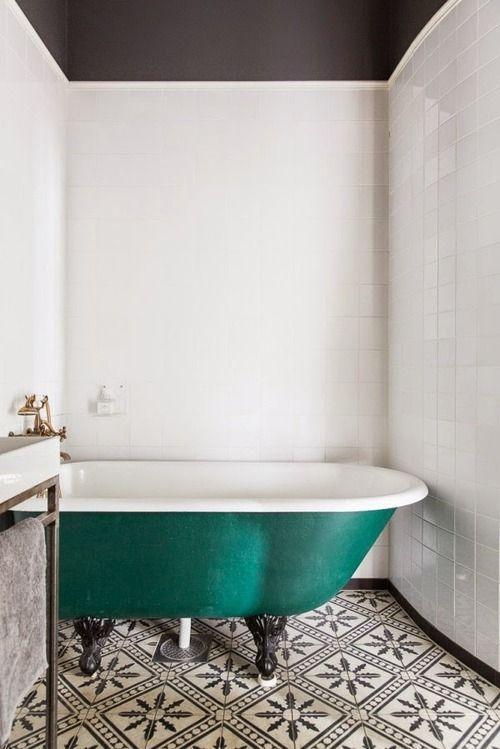 baignoire verte carreau de ciment salle de bain