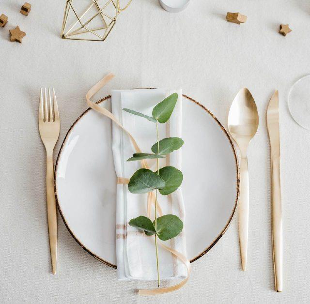 deco table noel simple or et blanc