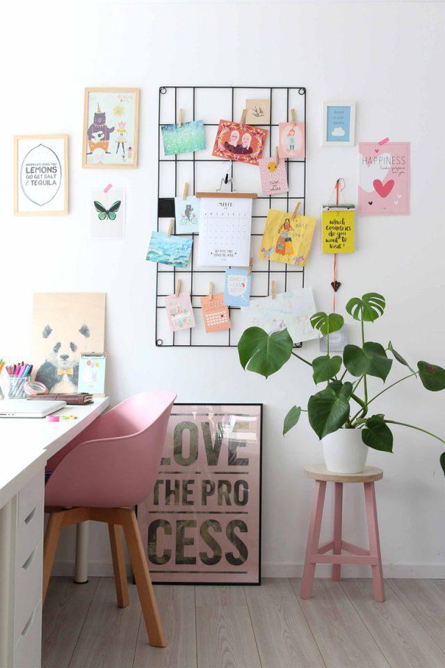 bureau deco rose blanc plantes interieur chaise design rose, moodbaord coloré moderne et jeune, petite plantes sur tabouret