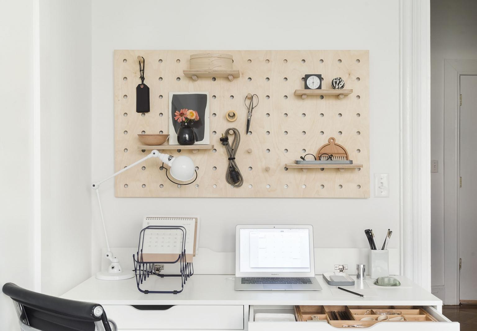 bureau minimaliste et pratique personne creative