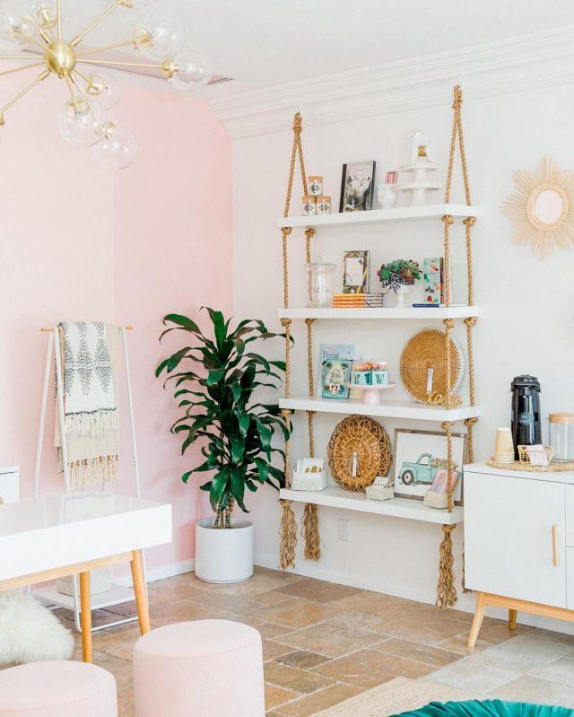 deco scandinave et plante verte mur peinture rose pastel + étagère moderne murale + plante dans un angle
