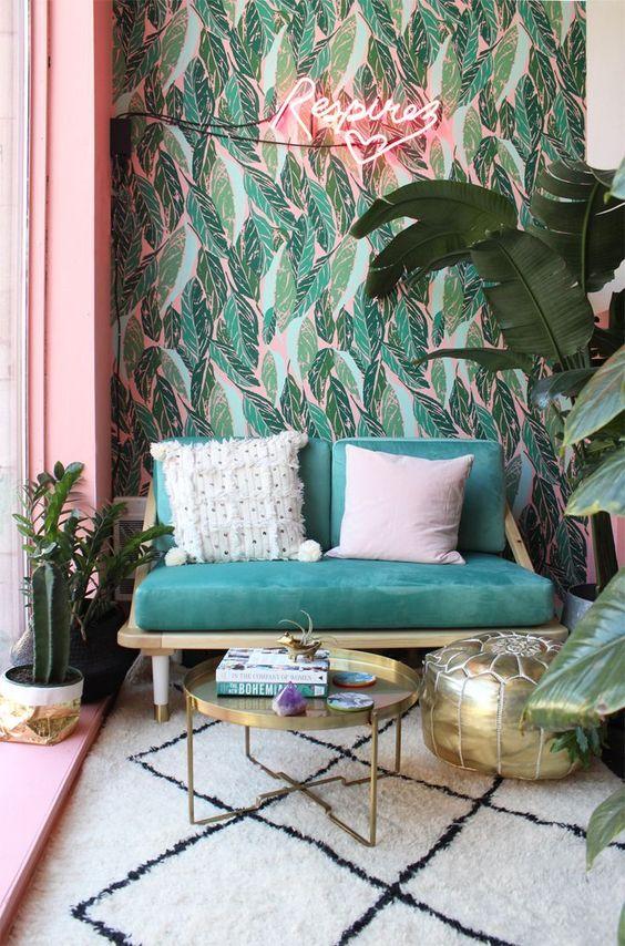 deco vintage retro rose et plantes urban jungle papier peint imprimé tropcial canapé vert petit format boiseries roses
