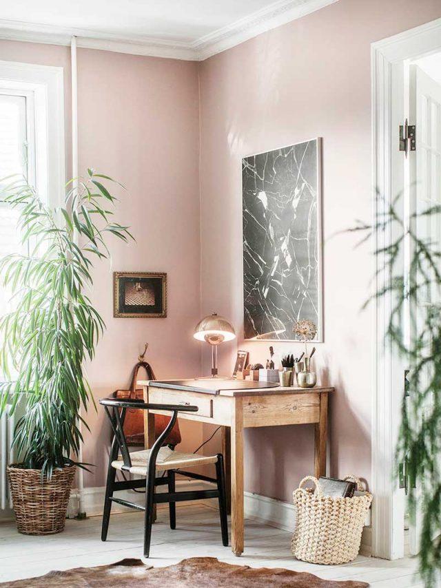 decoration rose et plantes vertes petit bureau en bois chaise design rétro noir