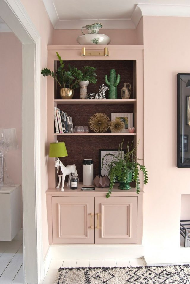 plante et deco rose salon salle à manger séjour, vaisselier ton sur ton peinture murale pastel