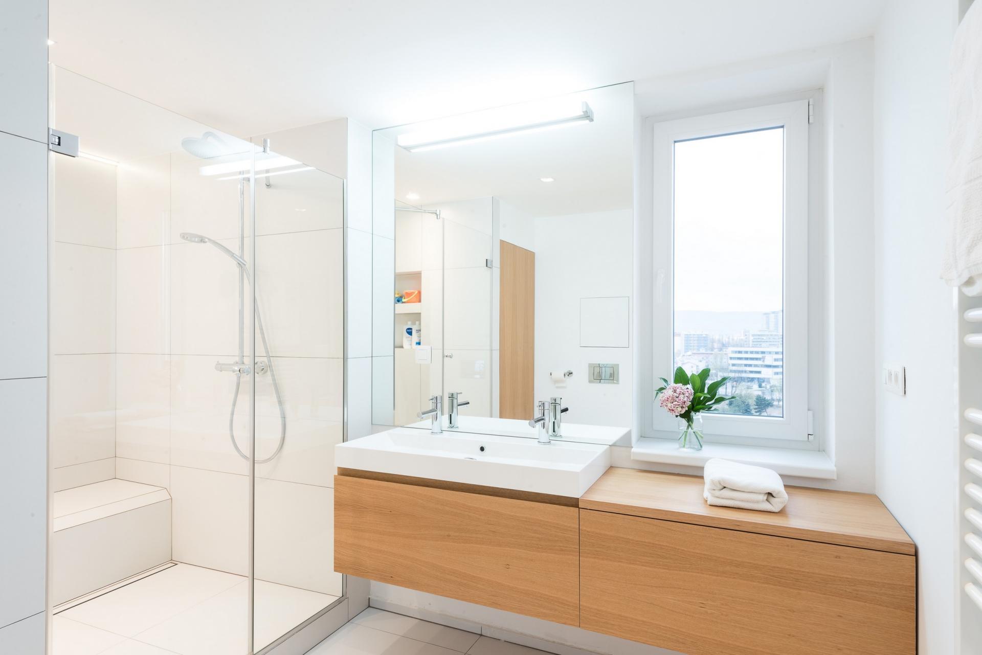 salle de bain lumineuse bois blanc