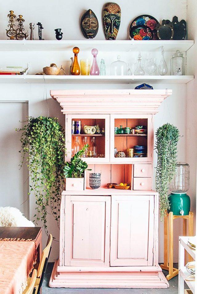 vaisselier deco rose pastel et plantes ambiance bohème moderne colorée lumineux kinfolk