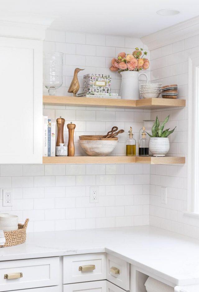 etagere cuisine bois sur carrelage blanc