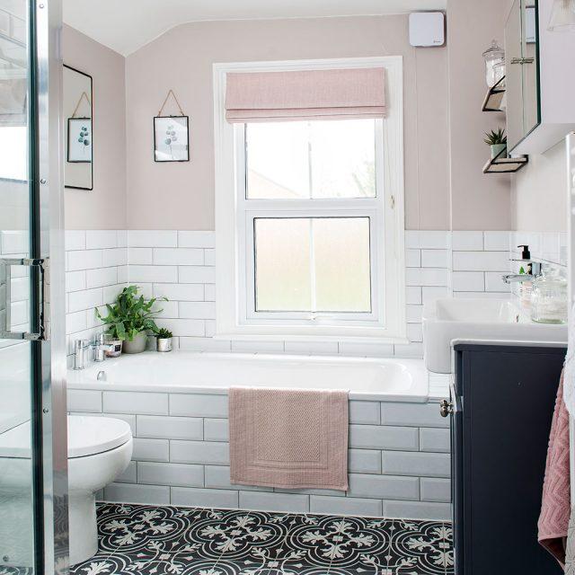 petite salle de bain rose et blanche